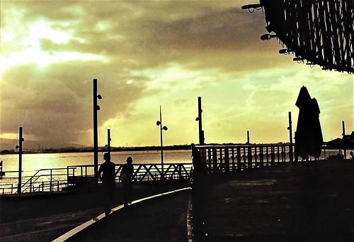 pointàpitre france francia frança guadeloupe guadalupa antilles caraibi caribe caraïbes caribbean street strada calle rua rue sera evening soir noche noite tramonto puestadelsol pordosol sunset coucherdesoleil bambini children enfants meninos muchachos crianças memorialacte mare mar sea mer
