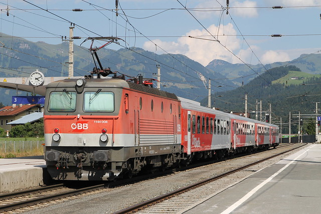 1144 008 op station Kirchberg im Tirol op 25-7-2013