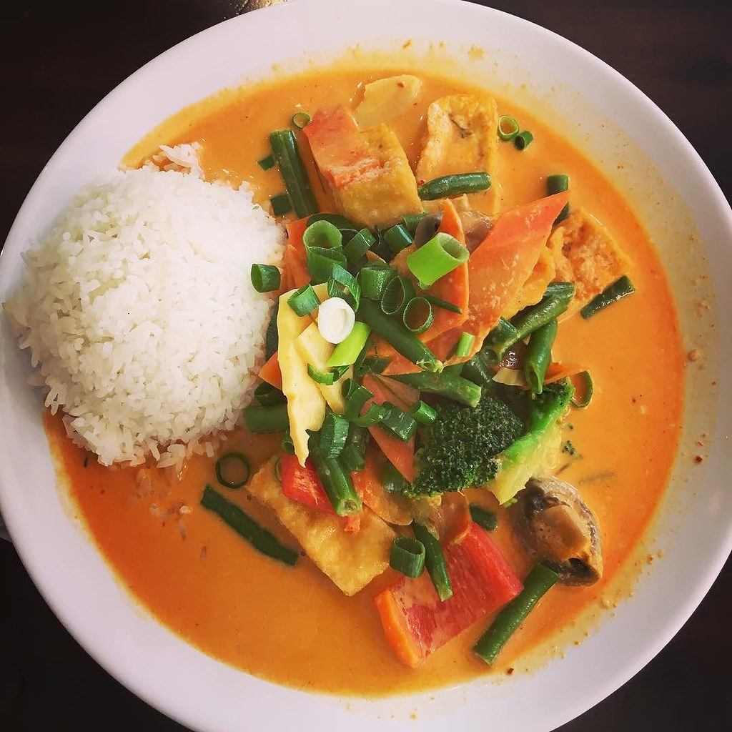 Rotes Thai-Curry mit Jemös und Tofu. Lecker. 👌🍛 #lunch #mittagessen #curry #thai #tofu #veggie #veggielife