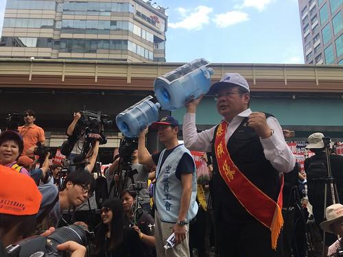圖08向資本家芻像投擲空水瓶抗議