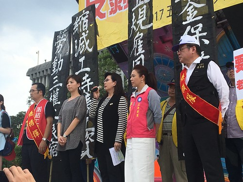 圖04各政黨代表上台回應本次遊行的訴求