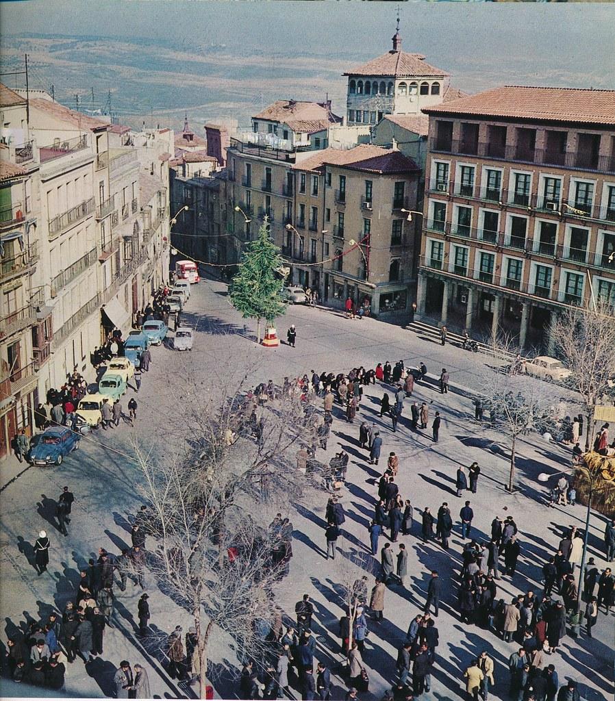 Árbol de Navidad en Zocodover en Toledo hacia 1967 por Marc Flament.