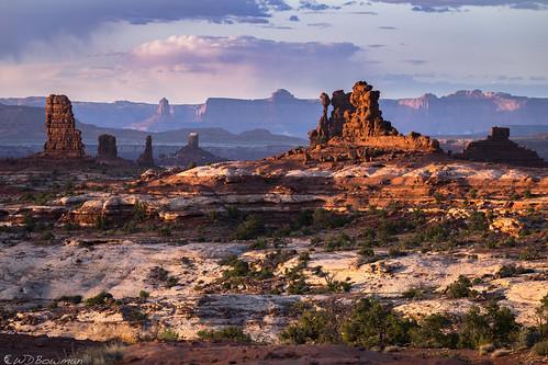 standingrocks mazedistrict maze canyonlandsnationalpark sunset cedarmesasandstone whiterimssandstone islandinthesky candlesticktower publiclandforpublicuse organrockshale