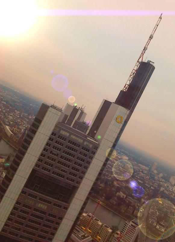 Frankfurt - Commerzbank schräg - crop - edited - Linsenreflexion