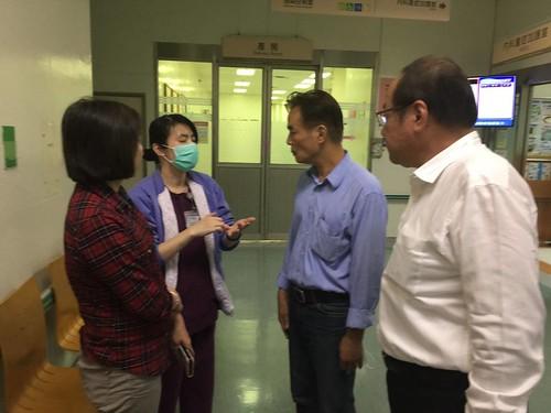 圖02醫院護理長向莊理事長及陳枝章董事說明目前傷患處理情形