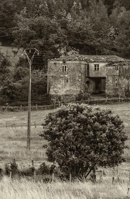 Antigua casona de aldea en sepia