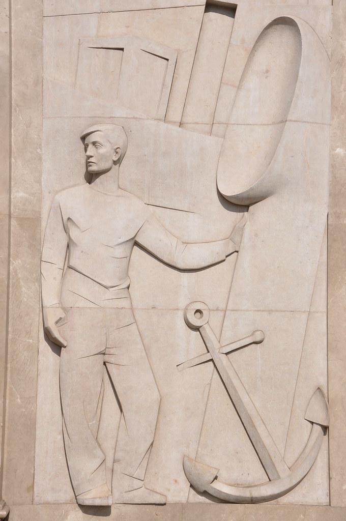"""Barcelona (Passeig de Gràcia / Gran Via de les Corts Catalanes). Sailor. Relief on the portal of the Zara Building, formerly """"Banco Rural y Mediterráneo"""". 1961. Eudald Serra, sculptor."""