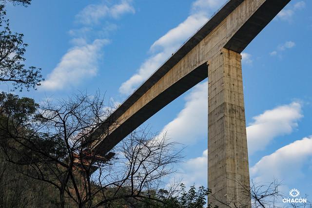Bajo el puente inconcluso