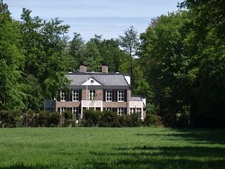 Landhuis Meerwijk (2009) in Midlaren van de Architecten Wouda en Van der Schaaf in Meppel, i.o.v. makelaar C.T. Overduin in Noordlaren. De oorspronkelijk bebouwing op deze locatie was van de regentenfamilies de Drews en van Swinderen. | by hansr.vanderwoude