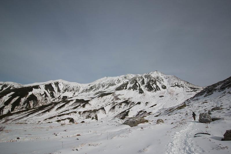 冬の立山を下山する