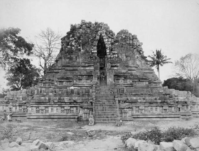 The west side of the Shiva temple at the Prambanan complex near Yogyakarta / Sebelah Barat Candi Siwa Prambanan di Yogyakarta, 1890