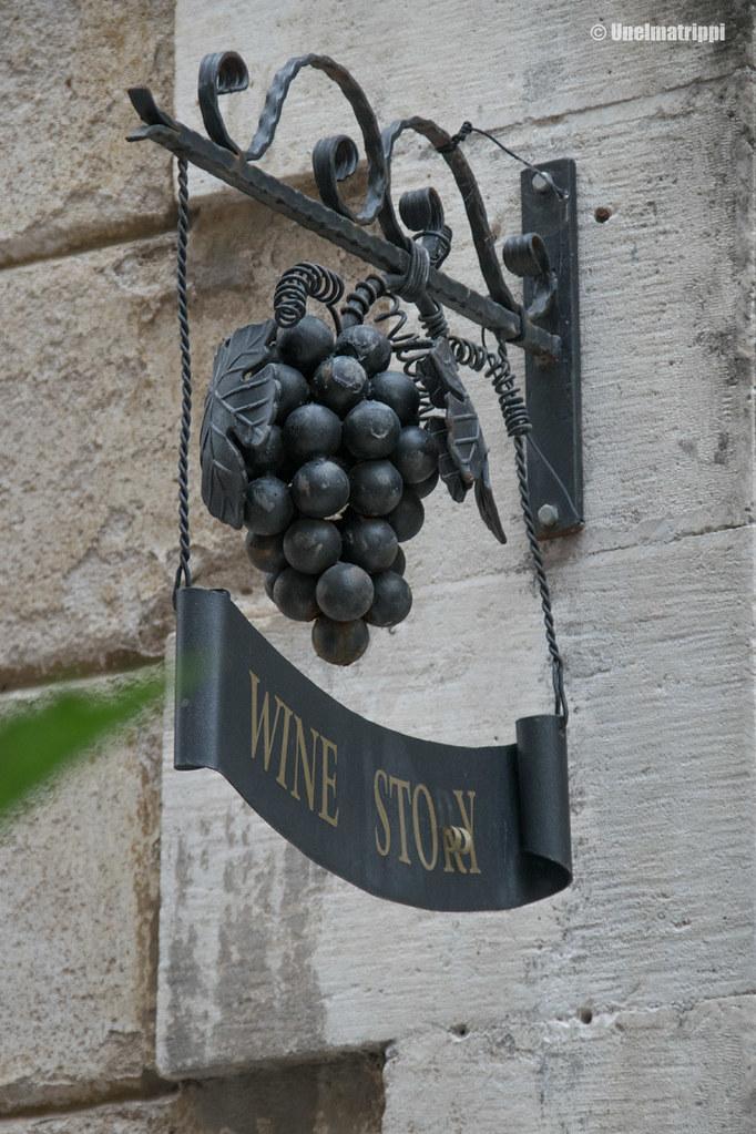 Viinikaupan kyltti Kotorissa