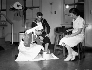 Nurses of the Women's Royal Canadian Naval Service (WRCNS) administering a Schnee bath, Halifax, Nova Scotia / Des infirmières du Service féminin de la Marine royale du Canada administrent un bain Schnee, Halifax (Nouvelle-Écosse)