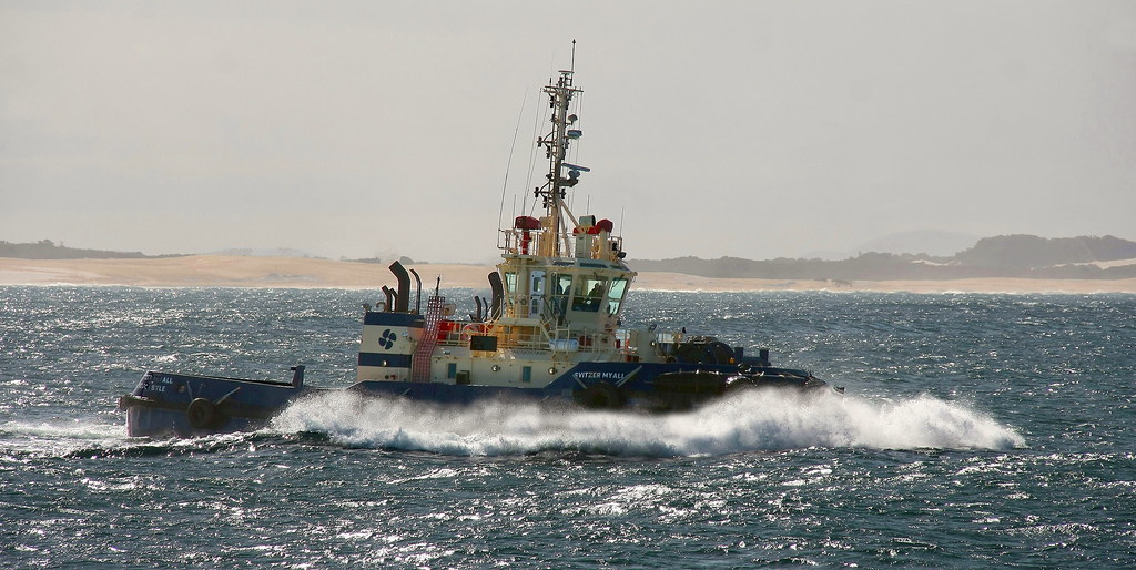 NEWCASTLE HARBOUR TUG 'SVITZER MYALL' | Taking on wind waves