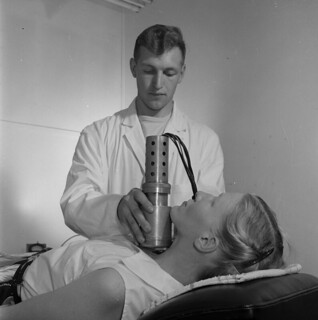 A thyroid test using radioactive iodine / Test de thyroïde faisant appel à l'iode radioactif