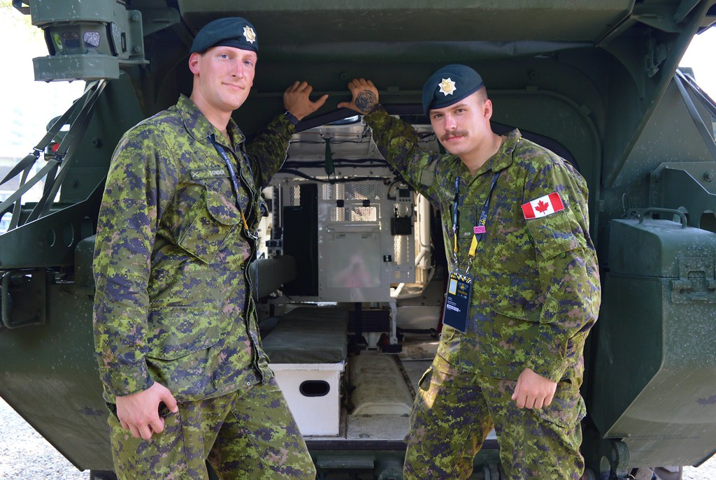 Canadian Army Soldiers      Pose With Canadian Army's Ligh… | Flickr