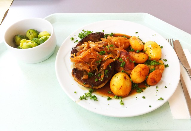 Pork steak with roast onions, grvy & roast potatoes / Holzfällersteak mit Bratensauce & Röstkartoffeln