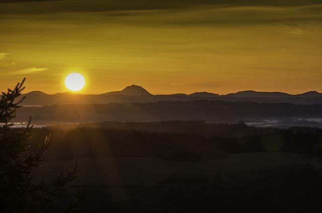 Puy de Dôme au lever du jour depuis le Mont Bessou