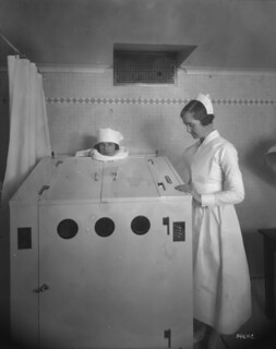 Château Laurier Hotel - patient in electric cabinet, therapeutic department, Ottawa, Ontario / Hôtel Château Laurier - patiente dans un caisson électrique, service thérapeutique, Ottawa (Ontario)