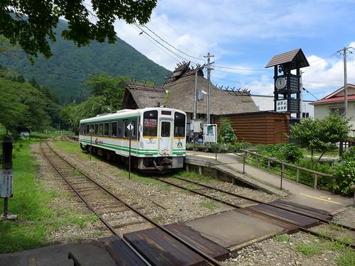 大内宿入口の湯野上温泉駅駅舎は茅葺き屋根で、囲炉裏もあり。隣には足湯もある。