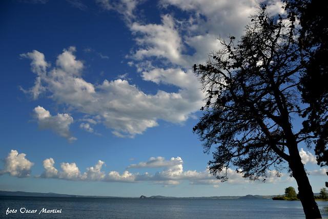 il lago di Bolsena ed in lontananza l'isola Bisentina