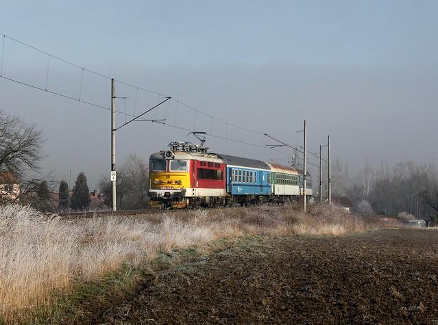 Die 242 239 mit einem Sp am 27.03.2016 unterwegs bei Dehtin.