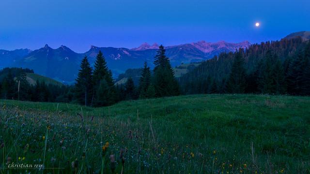 Les préalpes fribourgoises à l'heure bleue (Switzerland)