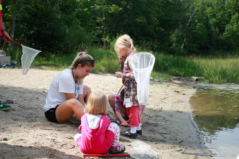 Familienkinder gehen Libelle fangen!