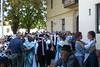 Trachtenpaare und Gäste nach dem Kirchweihumzug im Kulturheim