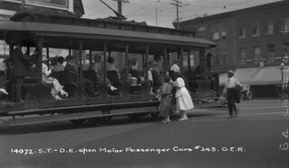 Passengers boarding Ottawa Electric Railway Co. open car No. 243, Ontario / Des passagers montant à bord de la voiture no 243 de la Ottawa Electric Railway Company (Ontario)