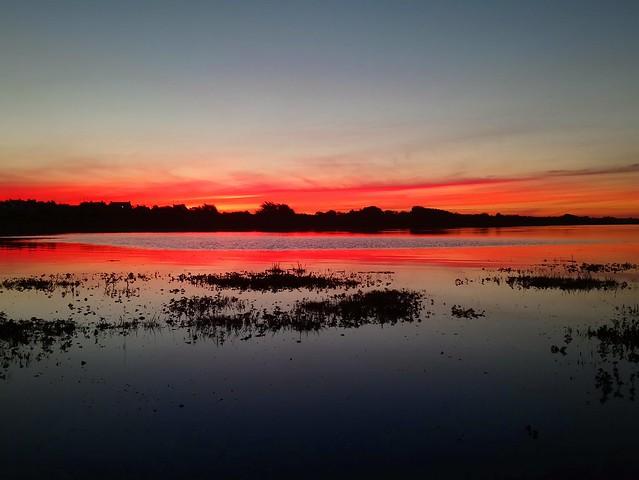 Au petit matin, le soleil se leva sur la Petite Mer de Gâvres. Vue prise sur la commune de Riantec (Bretagne, Morbihan, France)