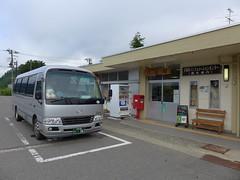 駅前に停車中の代行バス