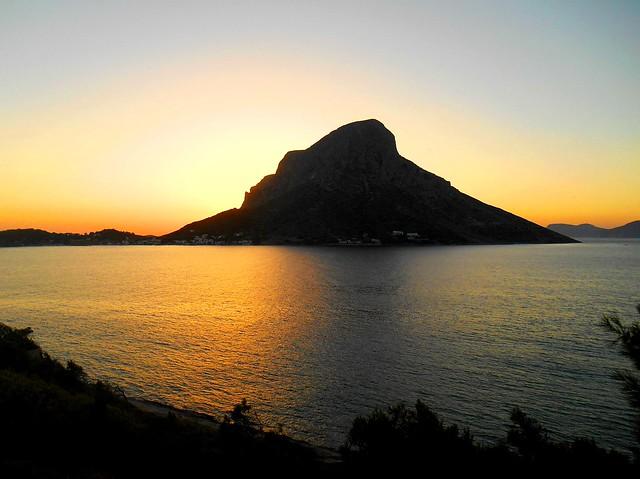 Ο ήλιος κρύβεται πίσω από το εξαίσιο περίγραμμα της Τελένδου / The sun is setting behind the wonderful outline of Telendos