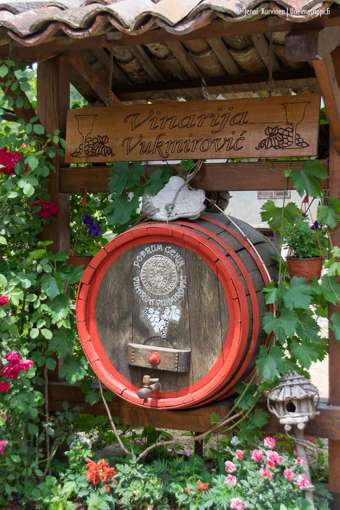 Vukmirovicin viinitilan sisääntulon kyltti ja koristelut