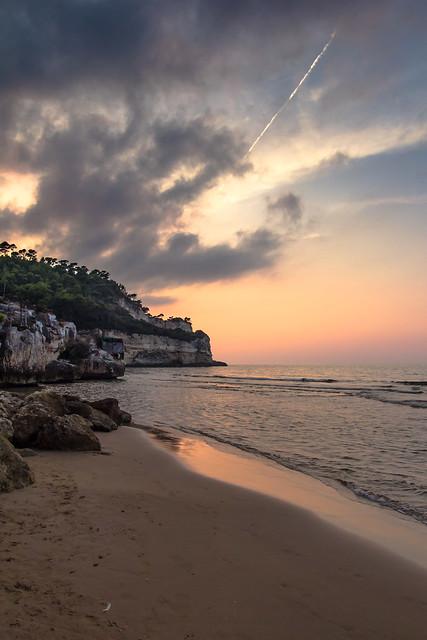 il tramonto dietro la scogliera