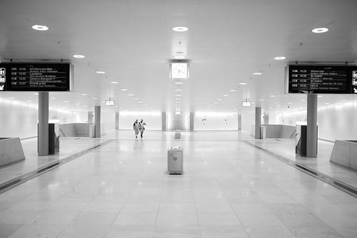 zürich hauptbahnhof publictransport trainstation 35mm fujifilm x100t bw noiretblanc reflection streetphotography architecture urban symmetry pointofview pov man 2017 ch switzerland