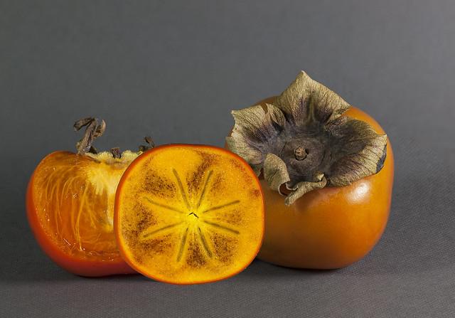 Sharonfrukten är en förädlad form av kaki/persimon, som ursprungligen kommer frrån Kina och Japan. I Kina har kaki odlats i mer än 2000 år. Till formen påminner den mycket om en tomat. Sharon är garvsyre- och kärnfri. Smaken är söt och fyllig.