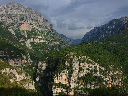 greece vikos monodendri gorge zagori zagorohoria zagorochoria sun clouds shadow ioannina tymfi pindus hike oxya hellas ελλάδα βίκοσ mountain trail sunset