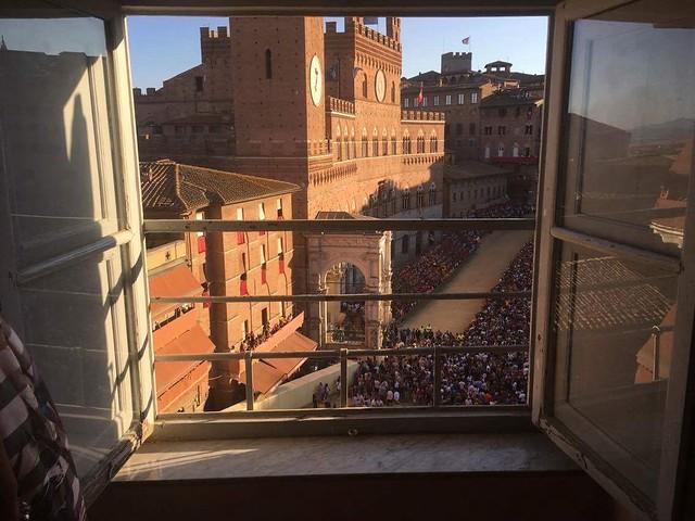 Il Palio di Siena!! 😍 amazing Italian tradition view from Palazzo Delci in Piazza del Campo🐎 #like #follow #siena #tuscany #Italy #event #travel #discover #enjoy #landscape #palio #piazzadelcampo ❤️