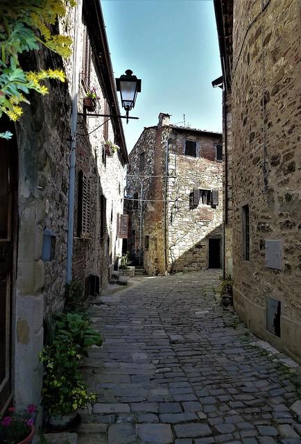 Toscana - Licht und Schatten in einer Gasse in Montefioralle