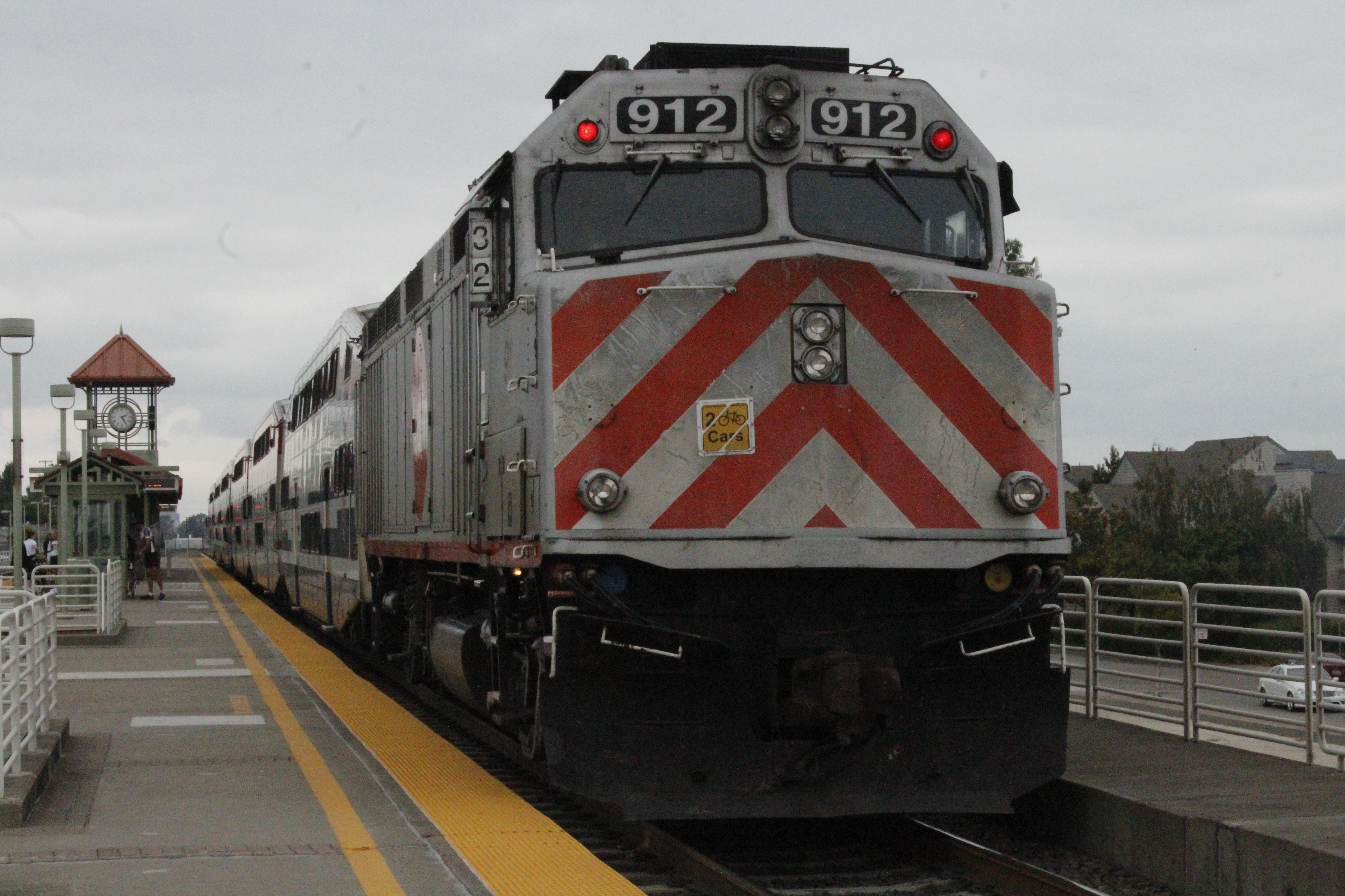 Caltrain locomotive unit 912, San Bruno, leading a southbound train at San Carlos Station