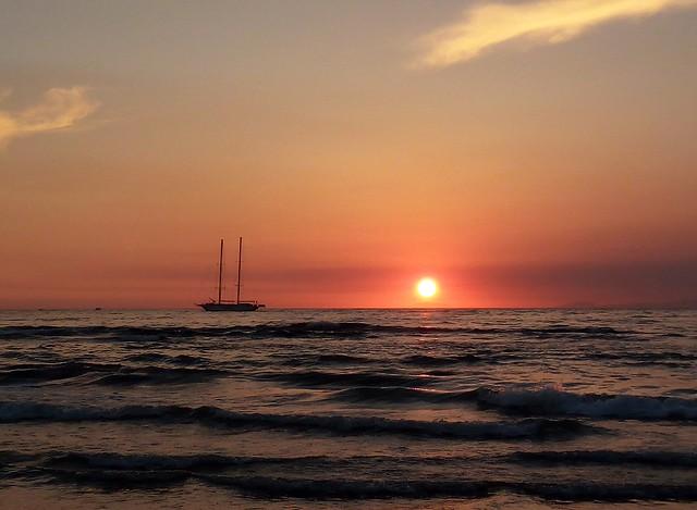 Il tramonto ad Agropoli (una barca, Capri e la Penisola Sorrentina) - The sunset in Agropoli (the ship, Capri and the Sorrento peninsula)
