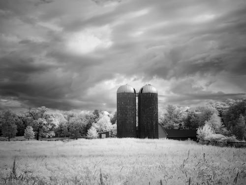 bw bwinfrared landscape lincoln lincolnin850nm ri rhodeisalnd summer chasefarm silos farm monochrome sky
