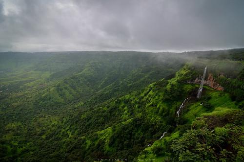 monsoon monsoontravel travel maharashtra mahabaleshwar katespoint green greenery valley cliff hills clouds rainclouds rainy landscape landscapes panchgani waterfall