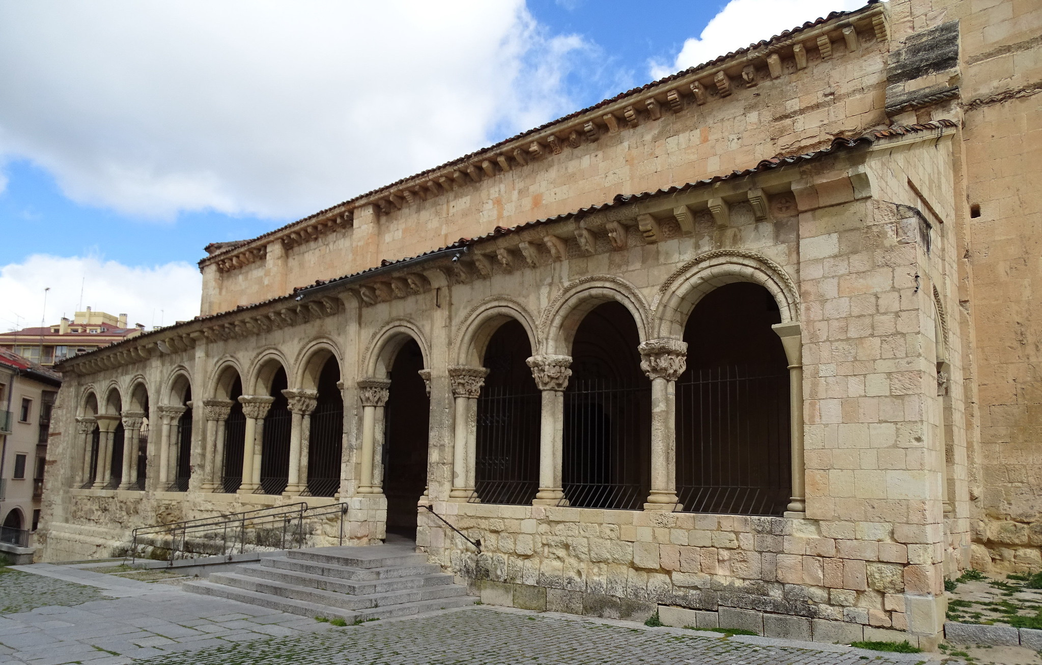 galeria porticada exterior Iglesia de San Millán Segovia