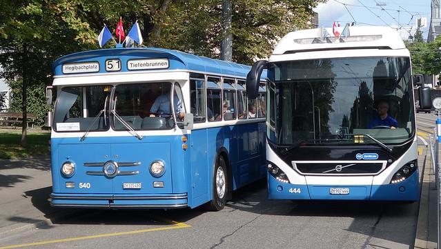 Tram Museum Zürich - Tag der historischen Busse. Saurer GUK Gelenkbus  No. 540  (Baujahr 1967) und Volvo Hybrid  Gelenkbus No. 444 (Baujahr 2017)