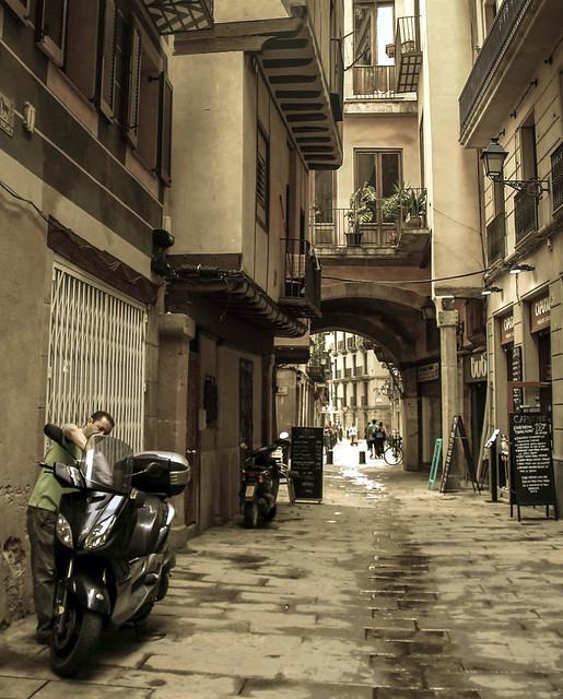 Arreglant la moto, Arreglando la moto (Barri de la Ribera,Barcelona,Catalunya)