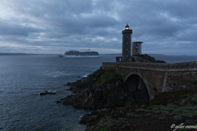 phare du Petit Minou éclairant le passage du paquebot Marina