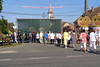 Vorbei an der Tribüne für das Dorffest am Sonntag. Im Zentrum die traditionellen Strohpuppen