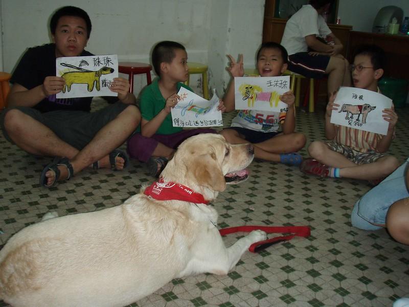 Zhuzhu visited another children rehab where children paint her pics, 2009